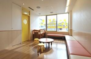 待合室は明るく広いスペース。