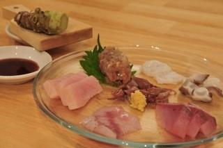 毎日仕入れる鮮魚は天然物。本日のお魚盛り合わせ870円は絶対お得!