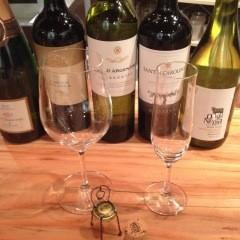 スタッフが、ワインはグラスで8種類、純米酒は常時15種類以上から最適の一杯を厳選します。